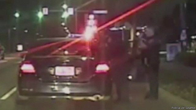 Policial ajuda mulher a dar à luz em carro