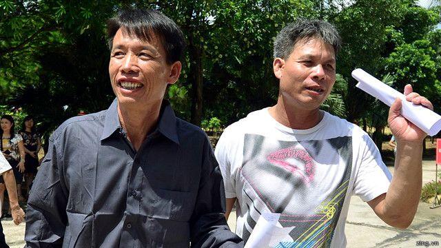 Ông Đoàn Văn Vươn (trái) và Đoàn Văn Quý