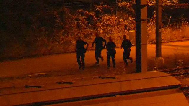Нелегальные мигранты на путях около туннеля под Ла-Маншем в Кале