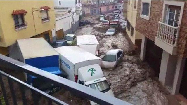 Enxurrada arrasta carros e caminhões no sul da Espanha