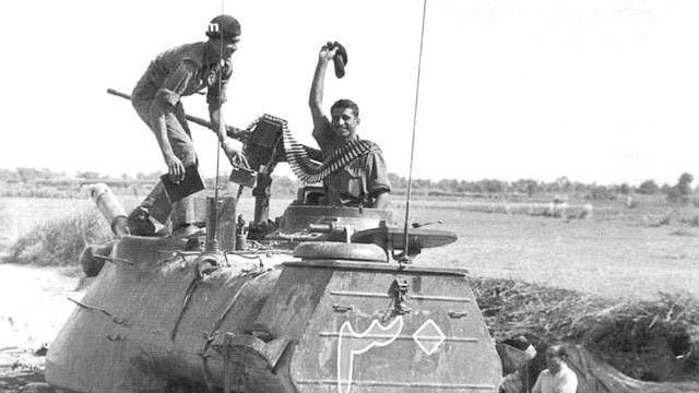 पाकिस्तानी टैंक पर कब्जे के बाद जश्न मनाते भारतीय सैनिक