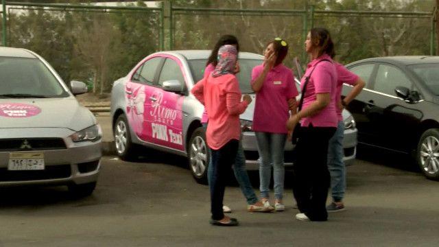 التاكسي الوردي تقوده امرأة ومخصص للنساء فقط في مصر