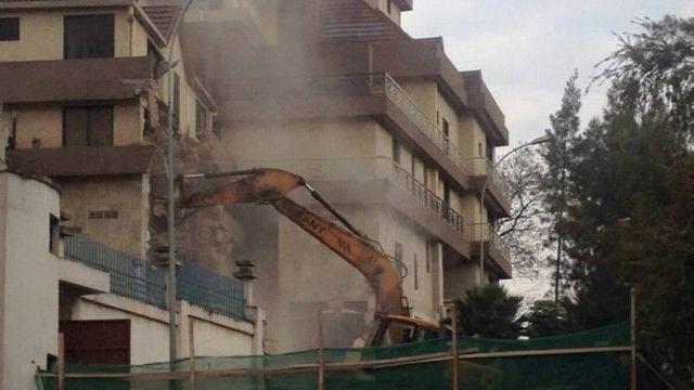 Destruction par les autorités de la ville de Kigali d'un hôtel pour des raisons de non conformité aux normes de construction.