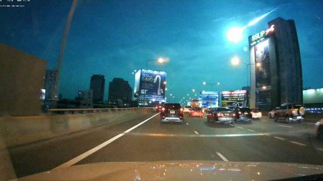 Meteoro em chamas ilumina céu de Bangcoc