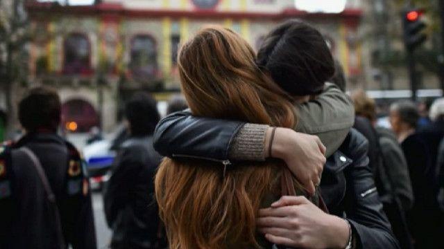 Люди обнимают друг друга