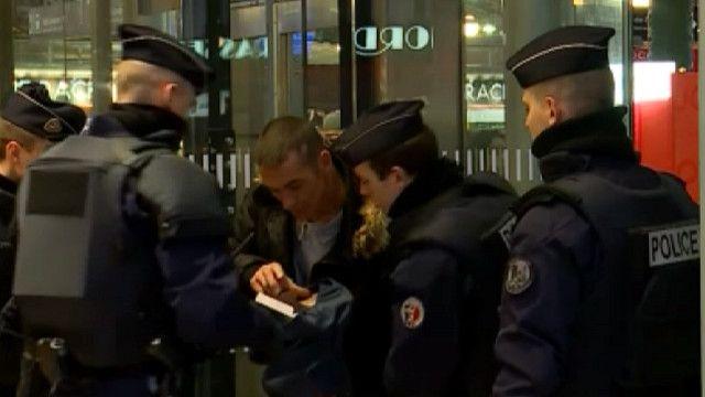 Полицейские на вокзале в Париже