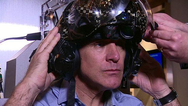 Джонатан Бил в шлеме пилота F35
