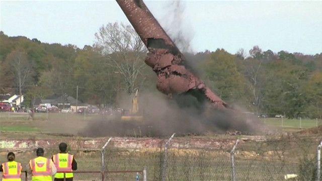 Ống khói 113 tuổi được phá sập đổ xuống xe tải và tài xế bên trong tại Alabama, Hoa Kỳ