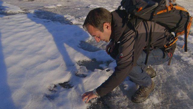 El doctor David Volken, experto en glaciares, en el Glaciar del Ródano, en los Alpes suizos