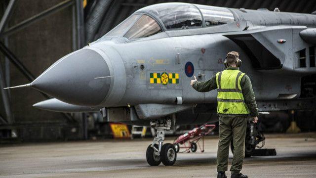 हमलों की तैयारी करता लड़ाकू विमान