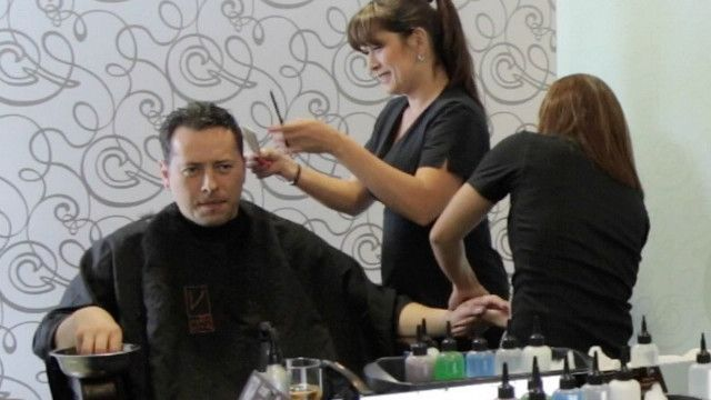 Hombre recibiendo manicura y corte de pelo