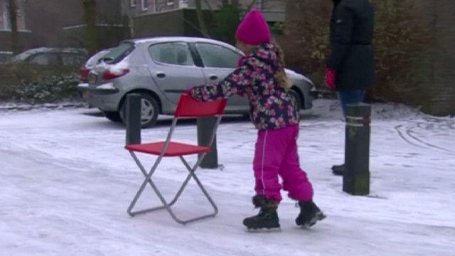 Девочка на улице в Нидерландах