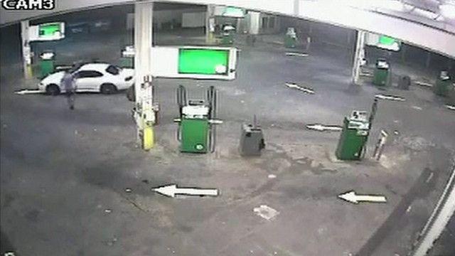 Australiano dá 'voadora' para evitar roubo de seu carro