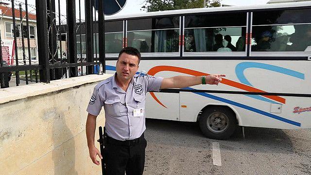 Турецкий полицейский и автобус с беженцами