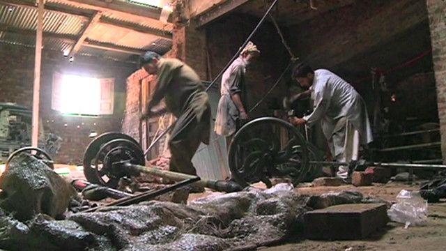 پاکستان کے صوبہ خیبرپختونخوا میں ایک کارخانے میں مزدور کام کر رہے ہیں