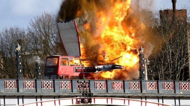 Explosión de un bus para una filmación en el puente de Lambeth en Londres