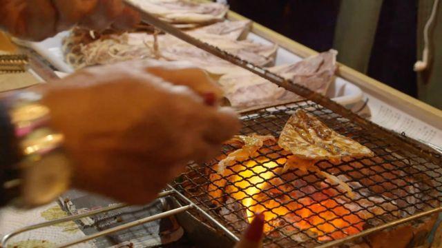 香港旺角街頭攤販烤制魷魚幹(10/2/2016)