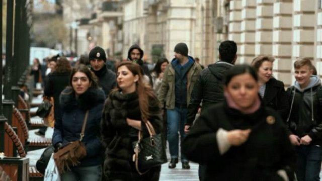 Люди на улице Баку