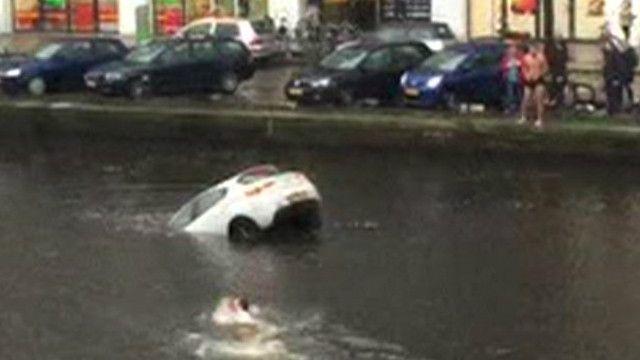 لحظات انقاذ امرأة ورضيعها قبل غرق سيارتهما