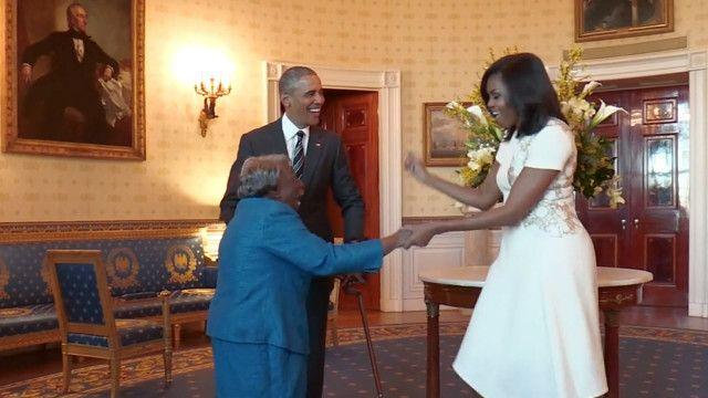 Los Obama bailando con una mujer de 106 años
