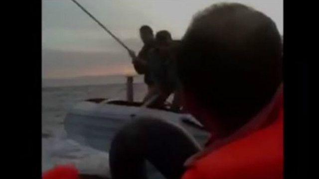 Стоп-кадр из видео, снятого из лодки с мигрантами