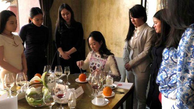 Phụ nữ Trung Quốc học kỹ năng giao tế