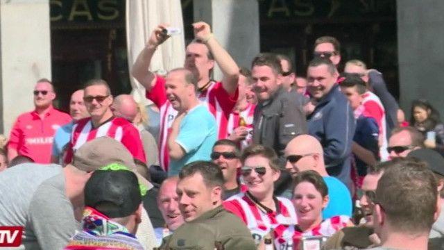 Las humillantes acciones de unos seguidores del PSV Eindhoven contra un grupo de mujeres mendigas en España