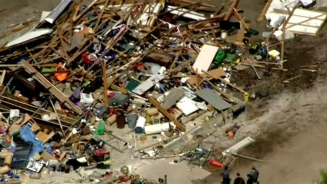 Hình ảnh quay từ trên không cho thấy hàng loạt nhà cửa bị phá hủy do lốc xoáy ở Mỹ