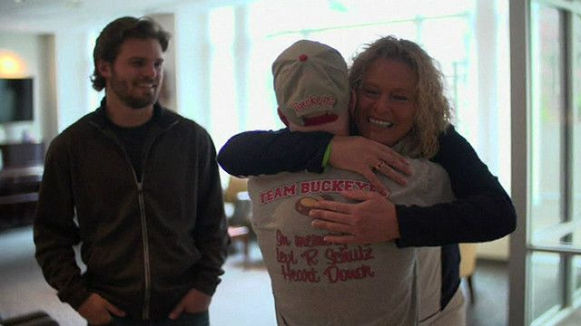 Женщина обнимает мужчину, которому пересадили сердце ее сына