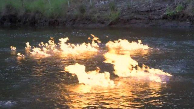 Lửa cháy trên sông tại Úc
