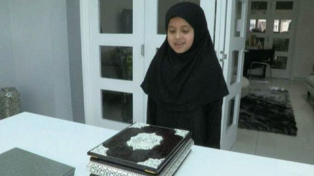 Девочка смотрит на Коран