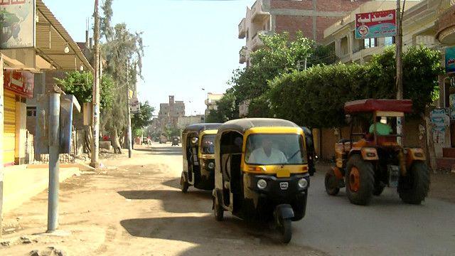 قرية مصرية فقدت 4 من أبنائها في حادث الطائرة المنكوبة