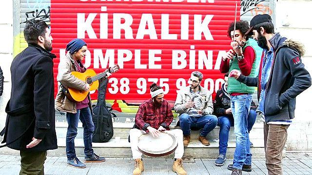 لاجئون يحولون شارع الاستقلال في تركيا إلى عرض موسيقى