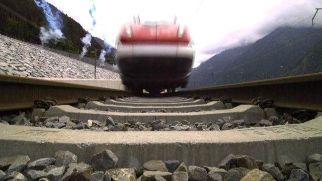 Поезд у въезда в тоннель