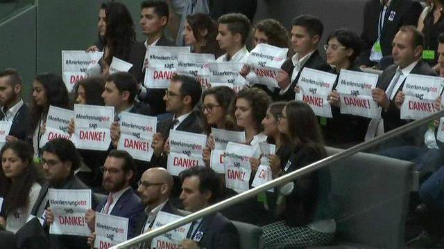 """Представители армянской общины Германии с плакатами """"Спасибо"""""""