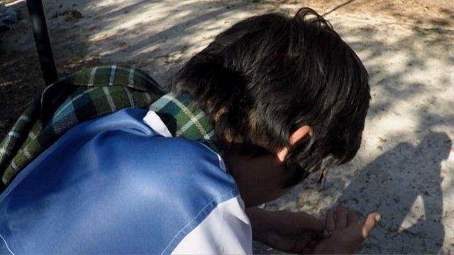 Молодой человек на скамейке