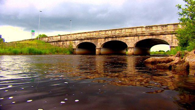 По этому мосту проходит граница между Британией и Республикой Ирландия