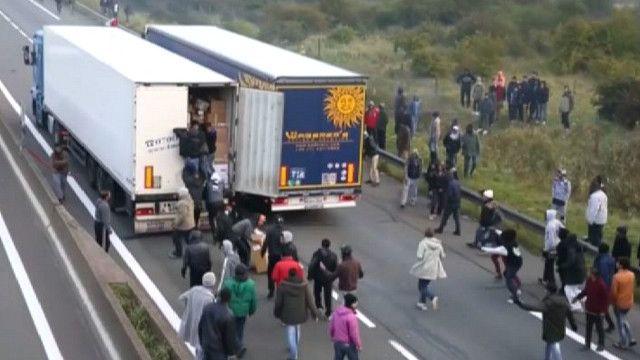 Мигранты пытаются нелегально уехать в Британию