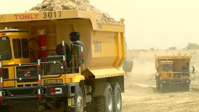پاکستان کے صوبہ سندھ کے علاقے تھر میں بجلی گھروں کی تعمیر کا کام جاری ہے