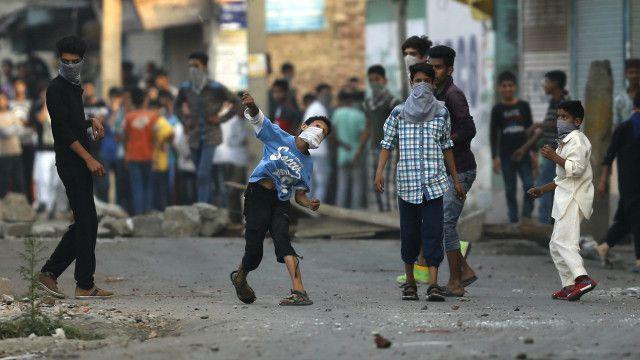 سرینگر میں ایک بچہ سکیورٹی فورسز پر پتھر پھینک رہا ہے