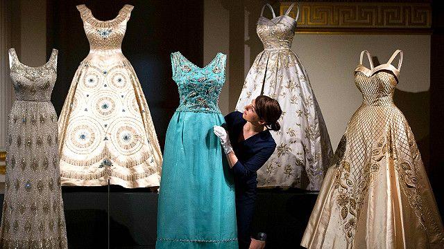 فساتين الملكة البريطانية تعرض في قصر باكينغهام