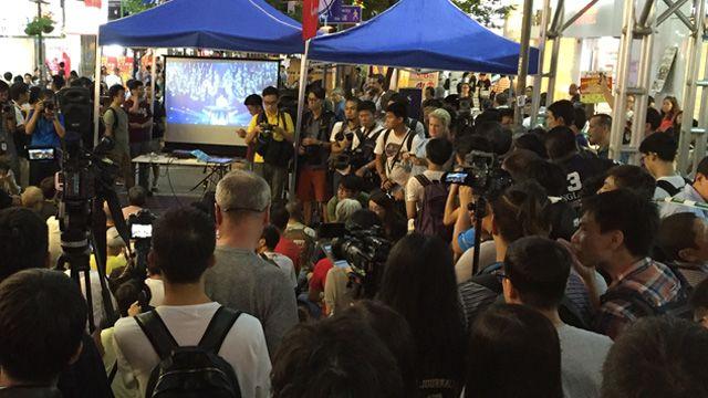 香港民众在旺角街头收看里约奥运羽毛球混双中国对香港预赛(12/8/2016)