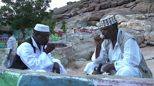 مواطنان سودانيان يشربان القهوة التقليدية في كسلا بشرق السودان