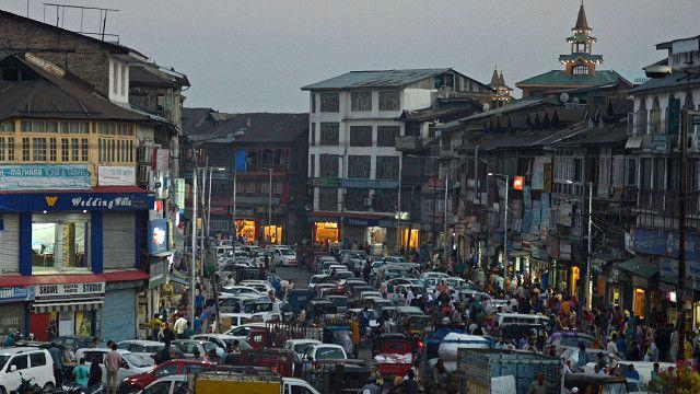 انڈیا کے زیر انتظام کشمیر میں شرینگر شہر کے بازار کا ایک منظر