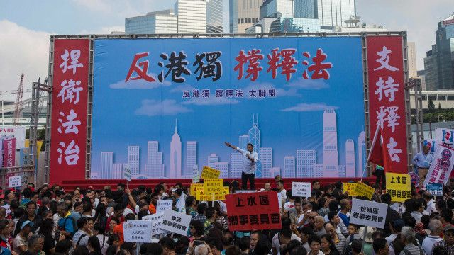 成千上萬的香港人周日(13日)走上街頭集會示威,支持中國人大常委會就《基本法》第104條釋法。