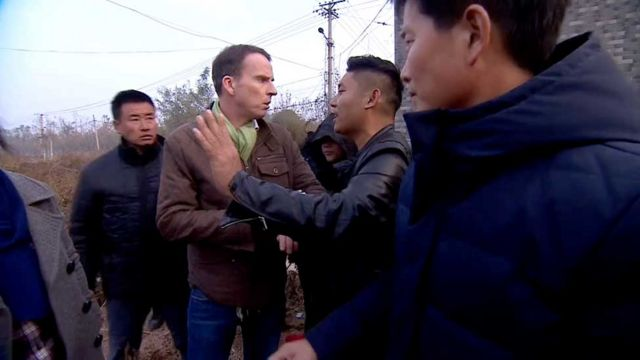 BBC记者沙磊与不明身份便装人员交涉