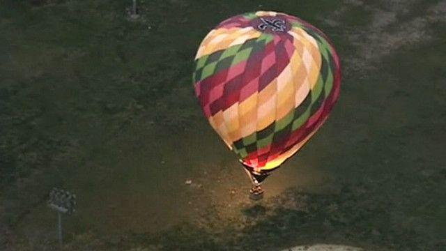 Воздушный шар сел на бейсбольное поле