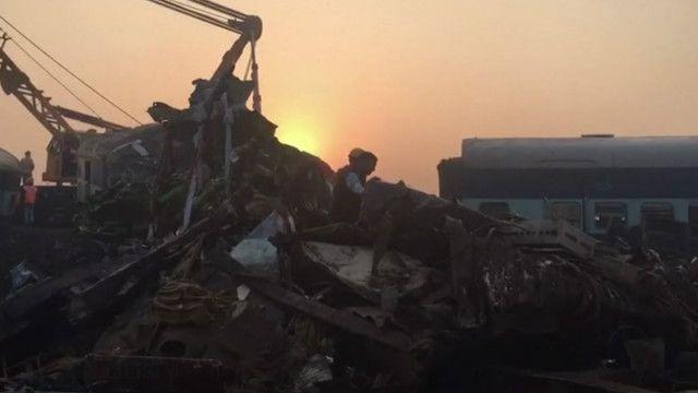 Аварія на залізниці в Індії: пошуки вцілілих