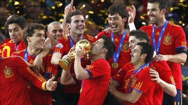 Espanha vence a Holanda e conquista a sua primeira Copa - BBC News ... 9c8f08ee41d18
