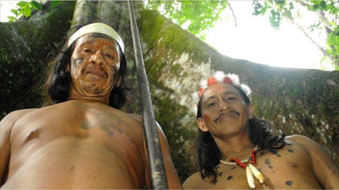 Dos hombres huaorani muestran sus cerbatanas.